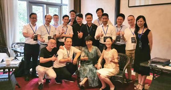 米科总经理范光兴与校企及政府代表合影留念